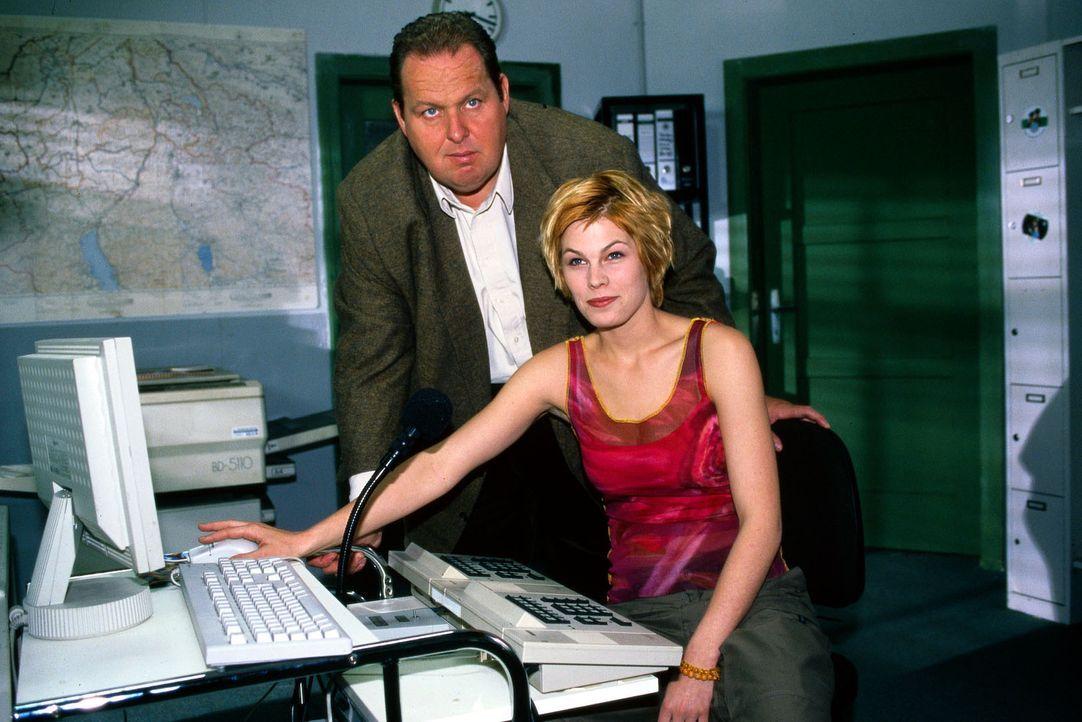 Benno Berghammer (Ottfried Fischer, l.) zeigt der neuen Kollegin, der Auszubildenden Alexandra (Maren Gingeleit, r.), ihren Arbeitsplatz. - Bildquelle: Magdalena Mate Sat.1