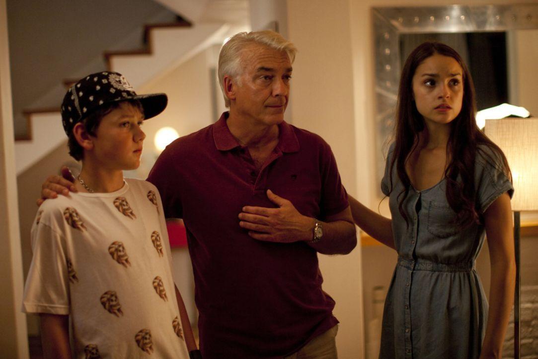 Während sich Mia (Luise Befort, r.) und Ben (Patrick Smith, l.) über die deutlichen Worte wundern, die ihre Mutter neuerdings ausspricht, ist Ex-Man... - Bildquelle: Charlie Sperring SAT.1