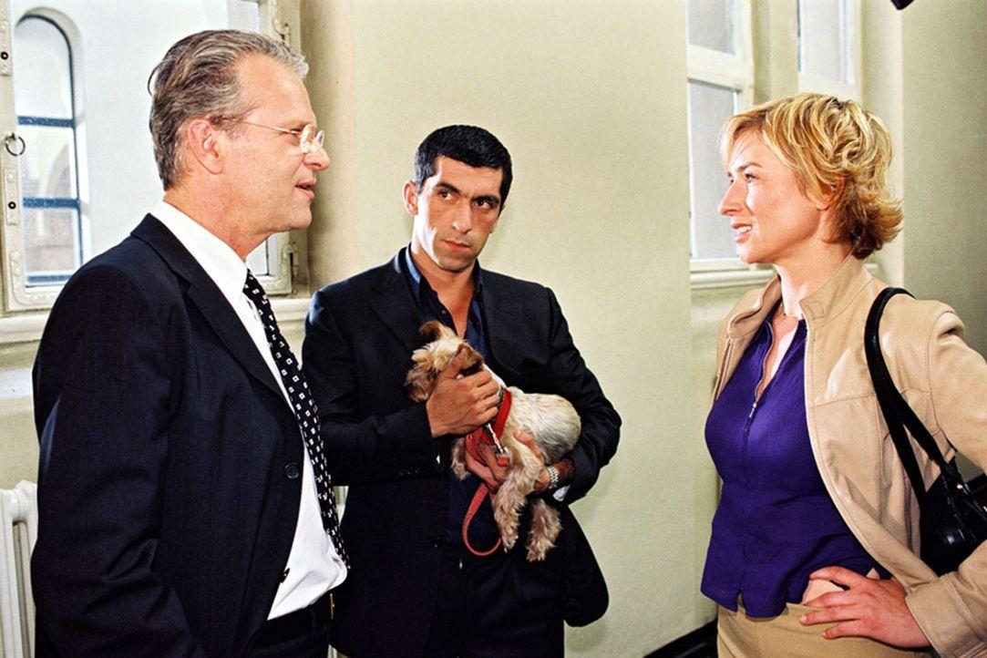 Eine Frau wurde ermordet aufgefunden. Eva Blond (Corinna Harfouch, r.) und Alyans (Erdal Yildiz, M.) befragen Richter Hanska (Peter Sattmann, l.) da... - Bildquelle: Volker Roloff Sat.1