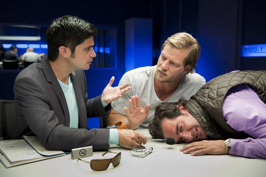 Schon bald kommt Mick (Henning Baum, M.) und Andreas (Maximilian Grill, l.) der Verdacht, dass Pizzafahrer Fabio (Thomas M. Held, r.) mit Pinocchio... - Bildquelle: Martin Rottenkolber SAT.1