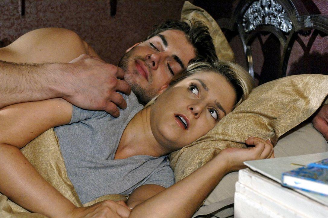 Anna (Jeanette Biedermann, r.) glaubt zu träumen, als Jonas (Roy Peter Link, l.) nachts in die Wohnung kommt, um sich mit Katja zu versöhnen und er... - Bildquelle: Oliver Ziebe Sat.1