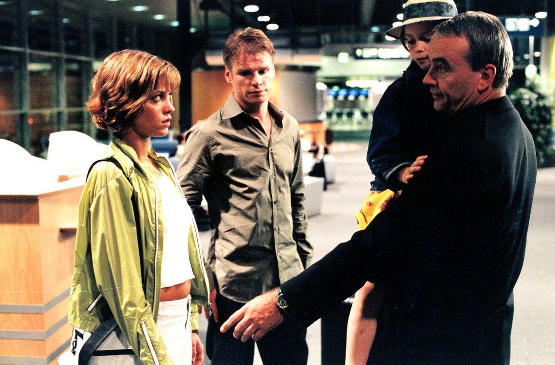 Nach Jahren aus den USA zurückgekehrt, werden Jenny (Muriel Baumeister, l.), Tom (Kai Scheve, M.) und Maya (Larisa Reihl, 2.v.r.) von Retzlaff (Walt... - Bildquelle: Sonja Trümper Sat.1