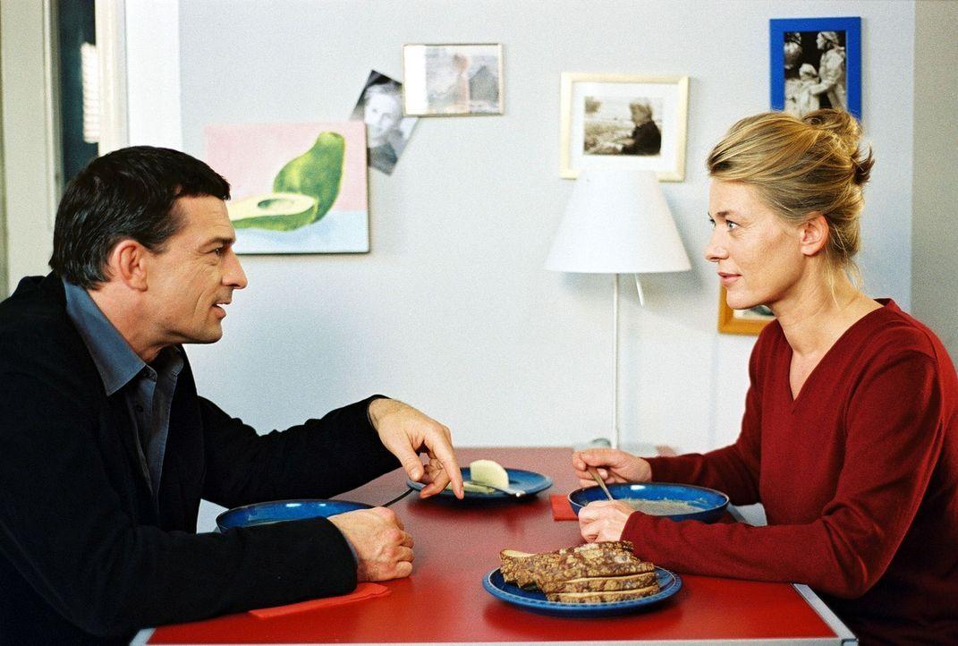 20 Jahre ist es her, plötzlich steht er wieder vor ihr: Jette Glücklich (Barbara Rudnik, r.) verliert die Fassung, als sie ihre große Liebe Mario (T... - Bildquelle: Krumwiede Sat.1