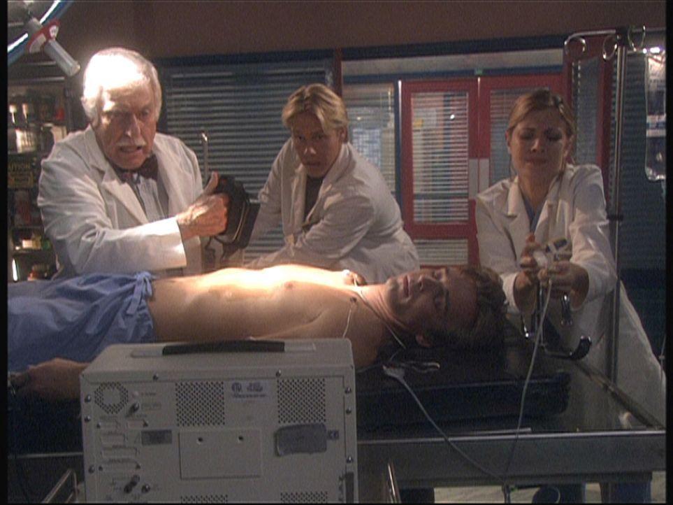 Dr. Sloan (Dick Van Dyke, l.) und seine Kollegen versuchen, Max (Rob Moore, liegend) wieder ins Leben zu rufen ... - Bildquelle: Viacom