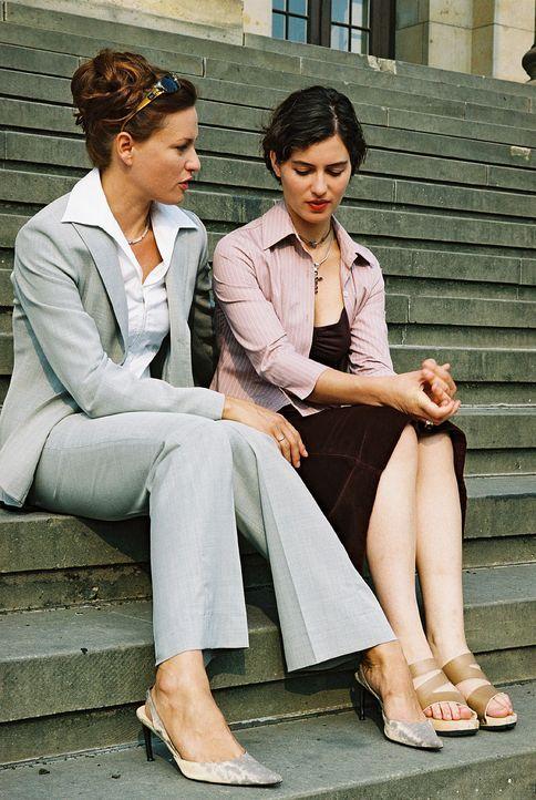 Kathrin (Esther Zimmering, r.) ist enttäuscht, dass ihre Schwester Simone (Nina Kronjäger, l.) sich nicht gegen die ehrgeizigen Pläne von Staatssekr... - Bildquelle: Wolfgang Jahnke Sat.1