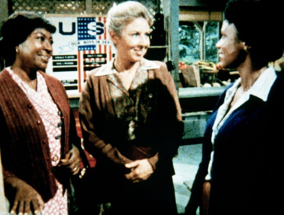 Verdie Foster (Lynn Hamilton, l.) macht ihre Tochter Esther (Joan Pringle, r.), die auf dem College Betriebspsychologie studiert hat, mit Olivia Wal... - Bildquelle: WARNER BROS. INTERNATIONAL TELEVISION