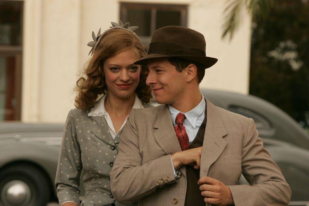 Hilde (Heike Maktsch, l.) zieht mit ihrem ersten Ehemann Kurt (Tristan Pütter, r.) nach Hollywood ... - Bildquelle: Warner Brother