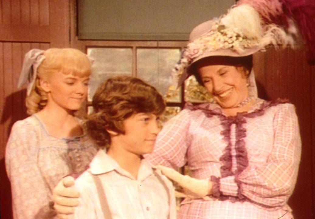 Mrs. Oleson (Katherine MacGregor, r.) stellt sich und ihre Kinder (Jonathan Gilbert, M., Alison Arngrim, l.) der neuen Lehrerin vor ... - Bildquelle: Worldvision