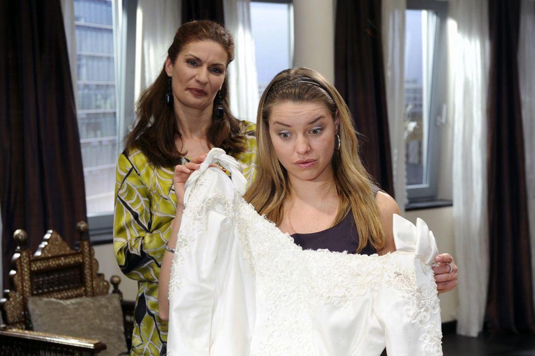 Katja (Karolina Lodyga, r.) weicht nervös aus, als Natascha (Franziska Matthus, l.) sie mit Fragen zur Schwangerschaft löchert. - Bildquelle: Oliver Ziebe Sat.1