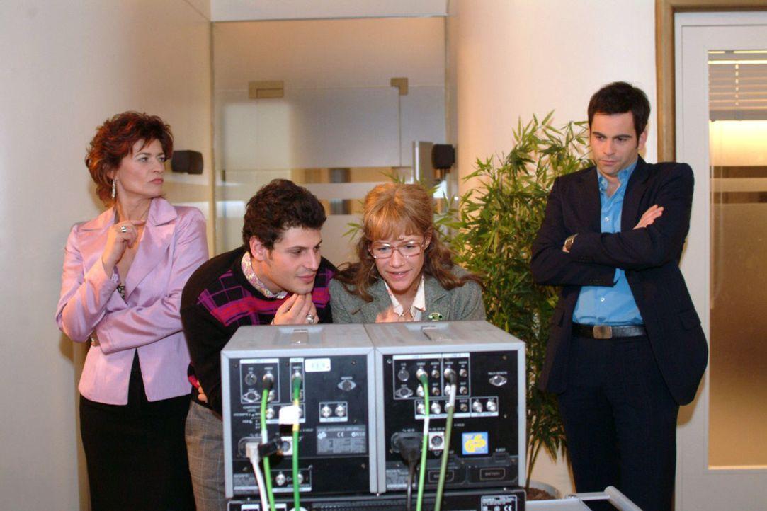 David (Mathis Künzler, r.) und Sophie (Gabrielle Scharnitzky, l.) beobachten misstrauisch die Nähe, die zwischen Lisa (Alexandra Neldel, 2.v.r.) und... - Bildquelle: Monika Schürle Sat.1