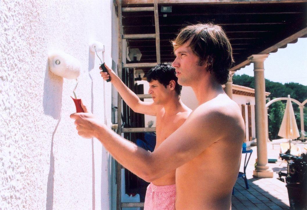 Um Papas Bungalow zu renovieren, fliegen Daniel (Matthias Schloo, vorne) und Mark (Manuel Cortez, hinten) nach Ibiza. Doch schon bald lockt das Stra... - Bildquelle: Lucia Fuster ProSieben