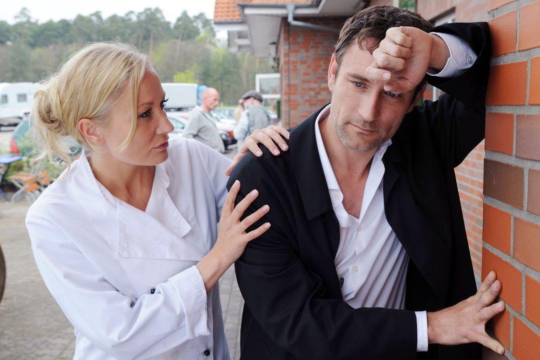 Eines Tages lernt Regina (Janine Kunze, l.) den ebenso arroganten wie attraktiven Marcello (Heikko Deutschmann, r.) kennen. Mit ihm lässt sie sich a... - Bildquelle: Aki Pfeiffer Sat.1