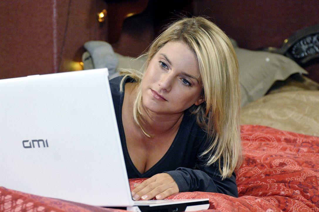 """Anna (Jeanette Biedermann) chattet weiterhin mit Jonas alias """"Nadjad320"""". - Bildquelle: Oliver Ziebe Sat.1"""