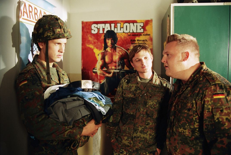 Kaum in der Kaserne angekommen, trifft Basti Lämmle (Franz Dinda, l.) auf seine neuen Zimmerkollegen Schleifer (Florian Lukas, M.) und Ufo (Axel Ste... - Bildquelle: Constantin Film