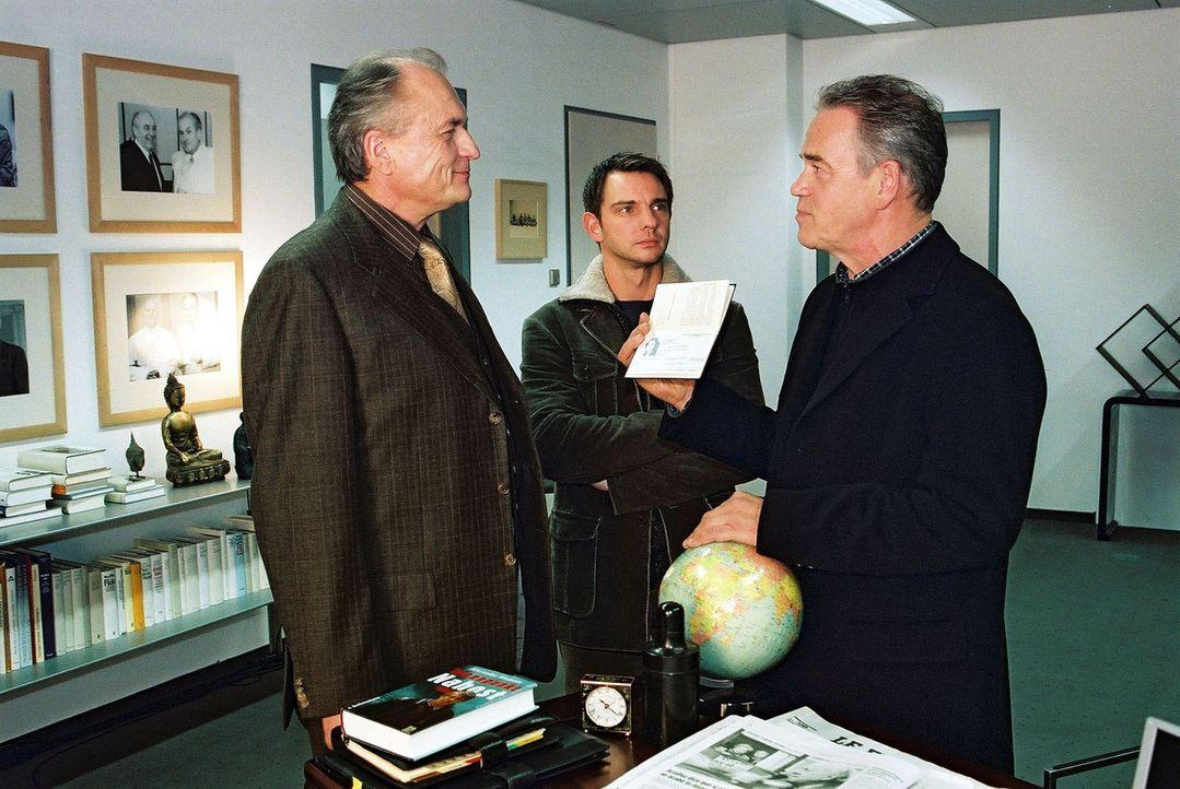 Dr. Daumann (Dietrich Mattausch, l.) wird von Tom (Steven Merting, M.) und Wolff (Jürgen Heinrich, r.) befragt. - Bildquelle: Claudius Pflug Sat.1