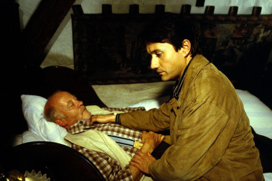 Dr. Markus Kampmann (Ulrich Reinthaller, r.) ist an das Bett von Hausmeister Schorsch (Joost Siedhoff, l.) gerufen worden. Er kann nur noch dessen T... - Bildquelle: Andreas Stetter Sat.1
