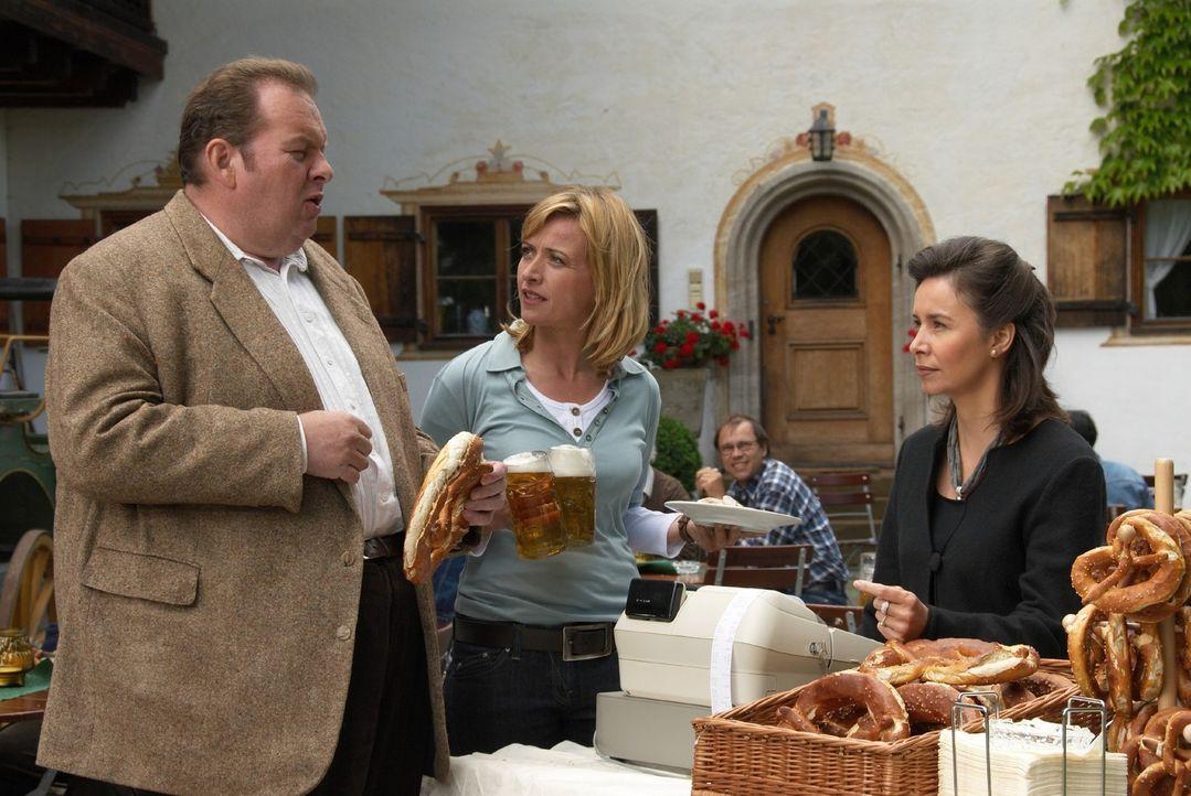 Benno (Ottfried Fischer, l.) und Nadine (Katharina Abt, M.) ermitteln. Sie müssen von Frau Kufner (Katharina Müller-Elmau, r.) erfahren, ob sie wuss... - Bildquelle: Walter Wehner Sat.1