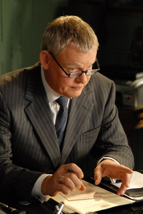 Versehentlich fügt Doc Martin (Martin Clunes) einem älteren Patienten eine kleine Wunde zu. Dieser reagiert äußerst ungehalten darauf ... - Bildquelle: BUFFALO PICTURES/ITV