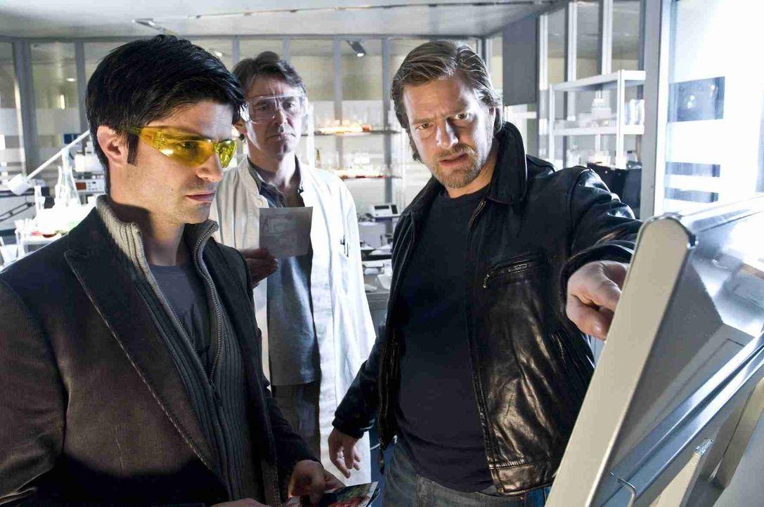 Dank der DNA-Untersuchungen des Pathologen Roland Meisner (Robert Lohr, M.) kommen Andreas (Maximilian Grill, l.) und Mick (Henning Baum, r.) einem... - Bildquelle: Martin Rottenkolber SAT. 1