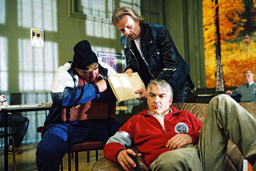 Ulf (Oliver Nägele, l.) und Knut (Axel Wandtke, M.) bitten Felix (Christoph M. Ohrt, r.) um juristischen Beistand. - Bildquelle: Hardy Spitz Sat.1