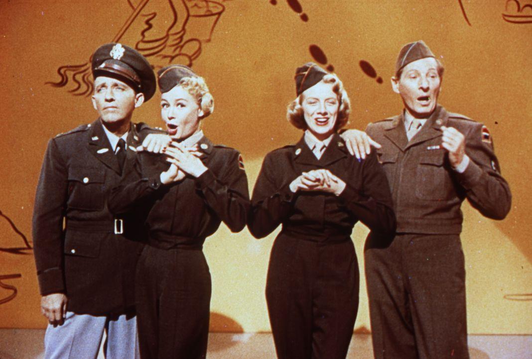 Bob (Bing Crosby, l.), Judy (Vera Ellen, 2.v.l.), Betty (Rosemary Clooney, 2.v.r.) und Phil (Danny Kaye, r.) retten mit ihrer Show General Waverly v... - Bildquelle: Paramount Pictures