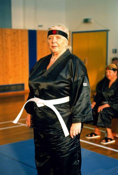 Mutter Resi (Ruth Drexel, r.) hat sich zu einem Selbstverteidigungskurs bei Bruce Adelholzer angemeldet ... - Bildquelle: Magdalena Mate Sat.1