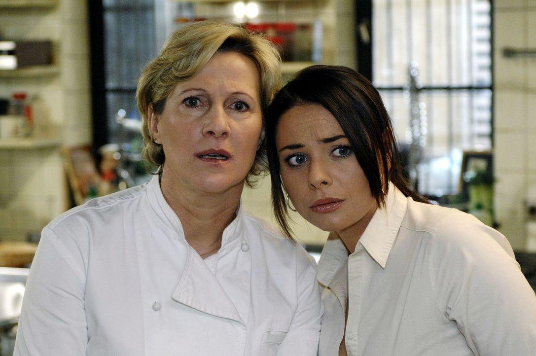 Susanne (Heike Jonca, l.) und Paloma (Maja Maneiro, r.) beobachten Armin. Hat er sich etwa in Leonore verliebt ...? - Bildquelle: Oliver Ziebe Sat.1