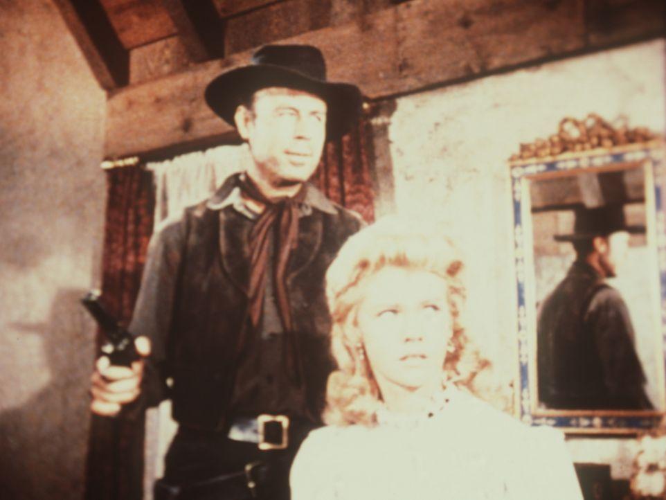 Jack Groat (Charles Maxwell, l.) ist in das Haus der Familie Partridge eingedrungen und bedroht Caroline (Anne Benton, r.) ... - Bildquelle: Paramount Pictures