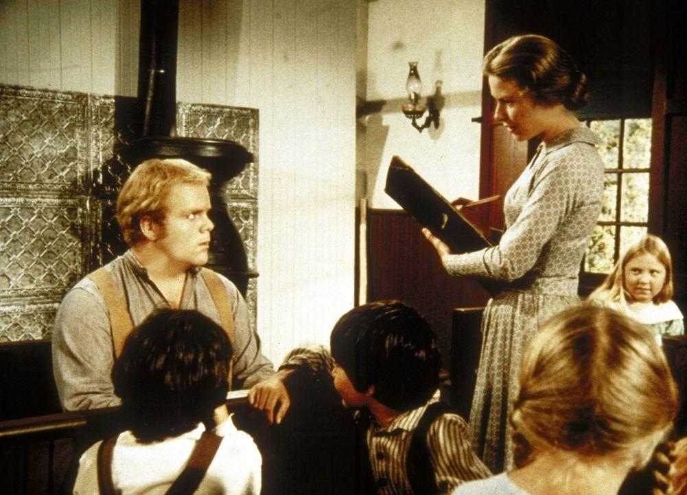 Caroline (Karen Grassle, stehend) muss mit Entsetzen feststellen, dass Abel McKay (Dirk Blocker, l.) weder schreiben noch lesen kann. - Bildquelle: Worldvision