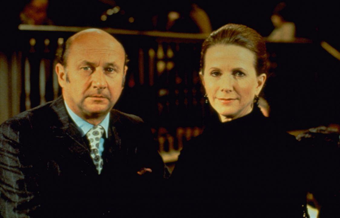 Adrian Carsini (Donald Pleasence, l.); Karen Fielding (Julie Harris, r.) - Bildquelle: 1973 Universal City Studios LLLP. All Rights Reserved.
