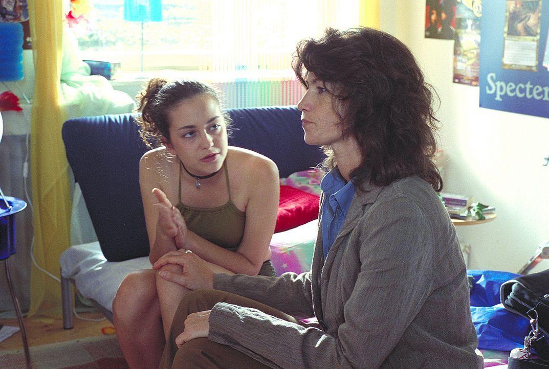 Catharinas (Sabine Vitua, r.) Tochter Julia (Lotte Letschert, l.) steckt mitten in der Pubertät und hat erste Beziehungsprobleme: Sie muss sich zwis... - Bildquelle: Noreen Flynn