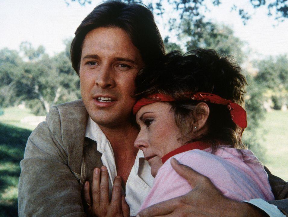 Lee (Bruce Boxleitner, l.) hat auf eigene Faust einen Agentenaustausch organisiert, um Amanda (Kate Jackson, r.) aus den Händen des KGB zu befreien. - Bildquelle: CBS Television