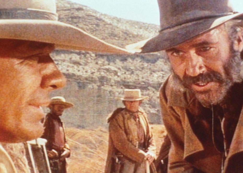 Der geheimnisvolle Mundharmonikaspieler (Charles Bronson, l.) und der eiskalte Killer Frank (Henry Fonda, r.) sind nicht gerade die besten Freunde ... - Bildquelle: TM &   2003 by Paramount Pictures Corporation. All rights reserved
