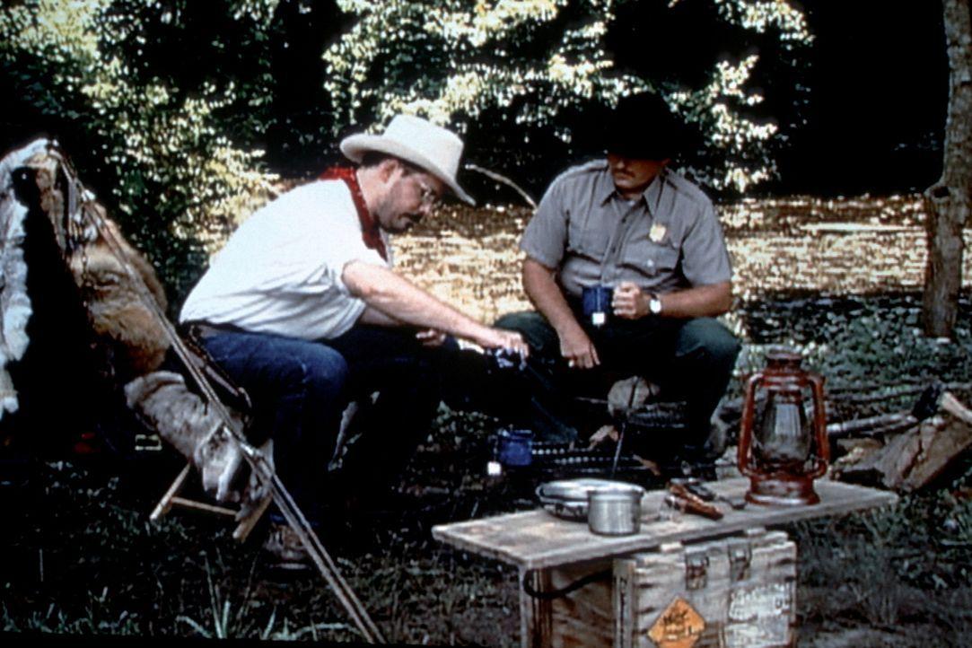 Claude Dallas (Darsteller unbekannt, l.) lebt das Leben eines Cowboys: Einsam und misstrauisch gegenüber allen Autoritäten durchstreift er das Land... - Bildquelle: Randy Jacobson New Dominion Pictures, LLC