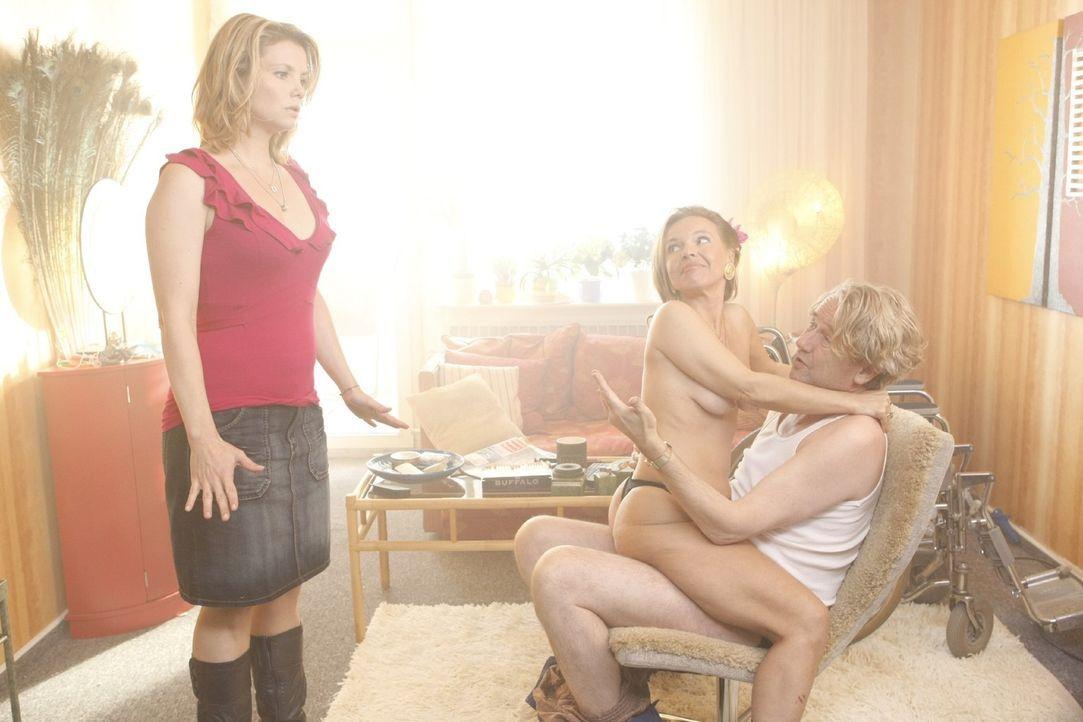Danni (Annette Frier, l.) kann es nicht fassen: Nicht nur, dass sie ihren Vater Kurt (Axel Siefer, r.) bei sich wohnen lassen muss, da bestellt er s... - Bildquelle: Frank Dicks SAT.1