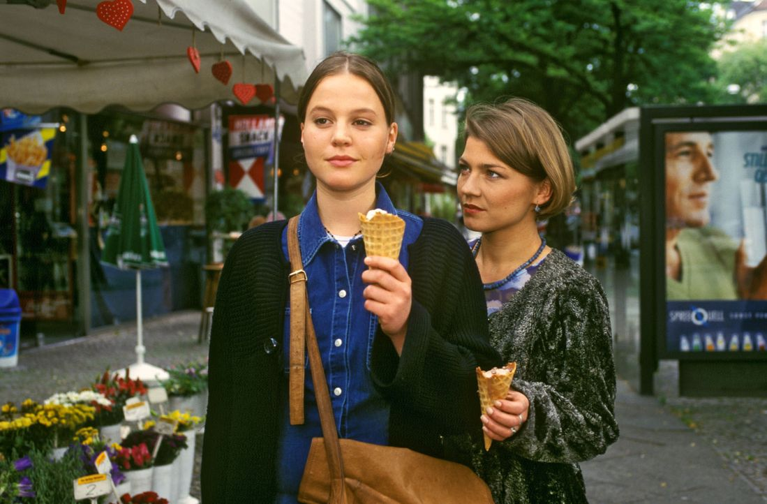 Helena (Maria Simon, l.), die Tochter des Feinkosthändlers Klamerski, hat von ihrem Vater überraschend Geld bekommen, um sich die lang ersehnte Ko... - Bildquelle: Noreen Flynn Sat.1