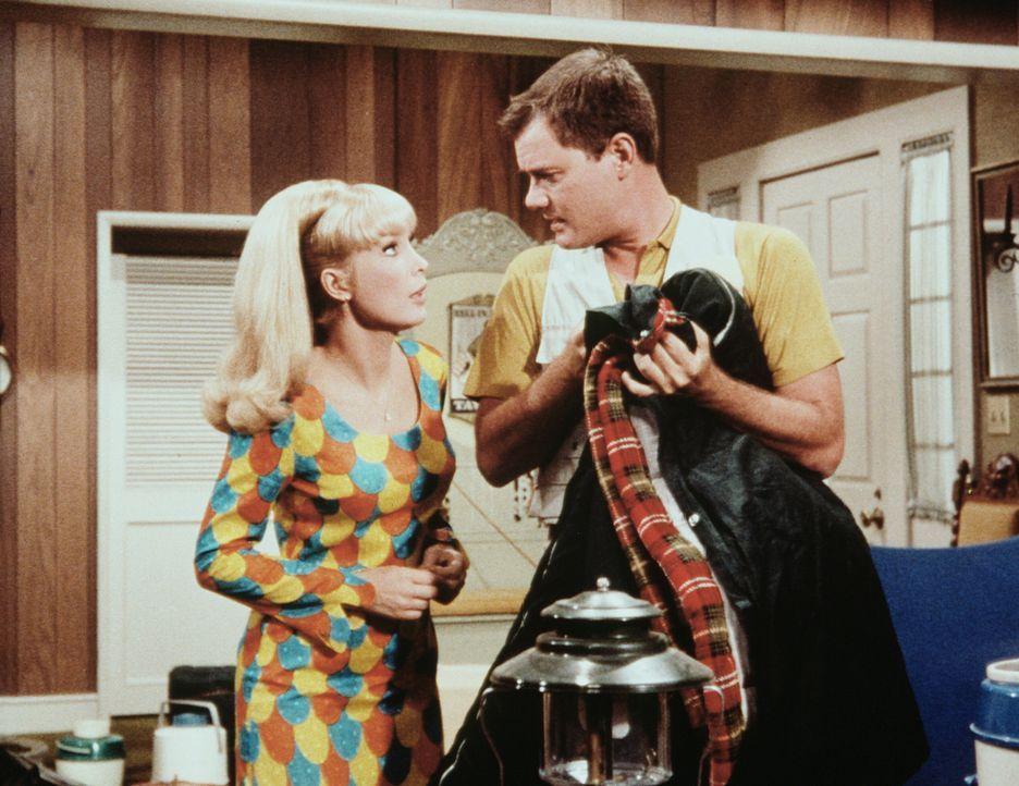 Jeannie (Barbara Eden, l.) erfährt von Tony (Larry Hagman, r.), dass der gemeinsame Urlaub ins Wasser fällt. - Bildquelle: Columbia Pictures