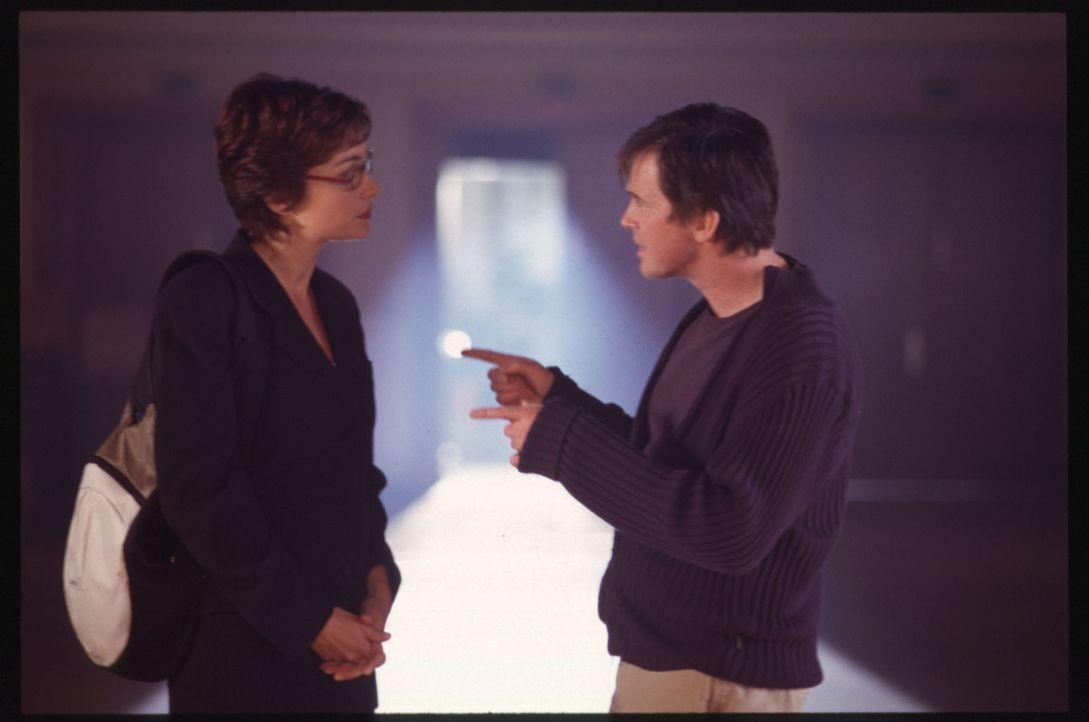 Wahre Liebe muss man sich mit Hingabe erarbeiten: Max (Uwe Bohm, r.) glaubt an die wahre Liebe, während Angela (Aglaia Szyszkowitz, l.) sich mit die... - Bildquelle: Gordon Mühle