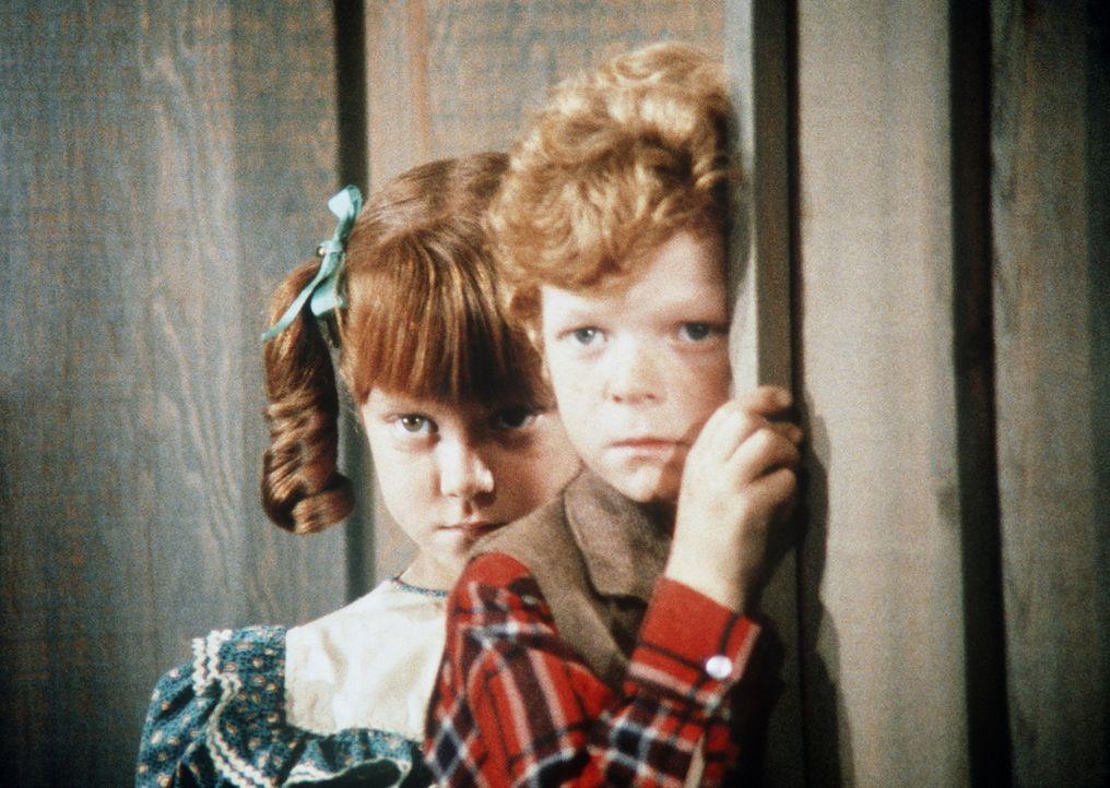 Sally (Michele Tobin, l.) und Timmy (Johnnie Whitaker, r.) beobachten einen Streit ihrer Eltern. - Bildquelle: Paramount Pictures