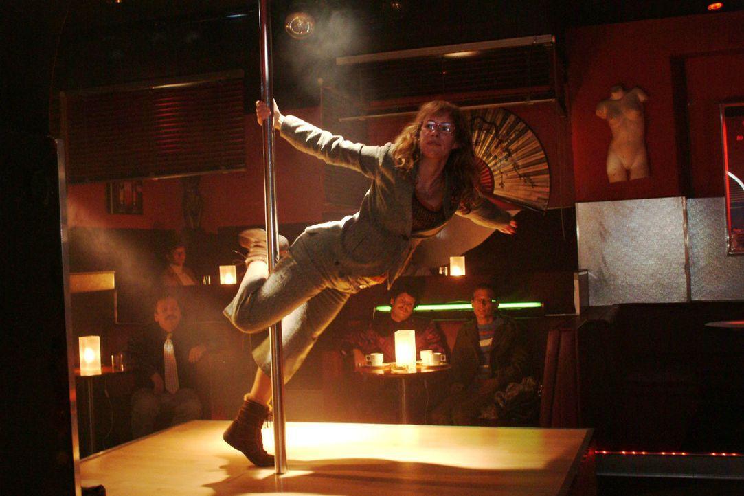 Lisas (Alexandra Neldel) Tabledance-Performance endet mit einem waghalsigen Dreher. (Dieses Foto von Alexandra Neldel darf nur in Zusammenhang mit d... - Bildquelle: Monika Schürle Sat.1
