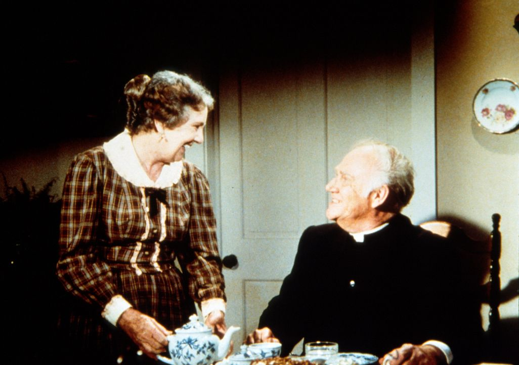 Anna Craig (Iris Korn, l.) hat Reverend Alden (Dabbs Greer, r.) zum Kaffee eingeladen, um ihm ihre Liebe zu gestehen. - Bildquelle: Worldvision