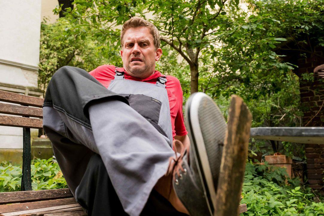 Tappt beinahe in jede Falle, die das renitente Haus ihm stellt: der leidenschaftliche Heimwerker Kai (Sebastian Bezzel) ... - Bildquelle: Gordon Mühle SAT.1 / Gordon Mühle