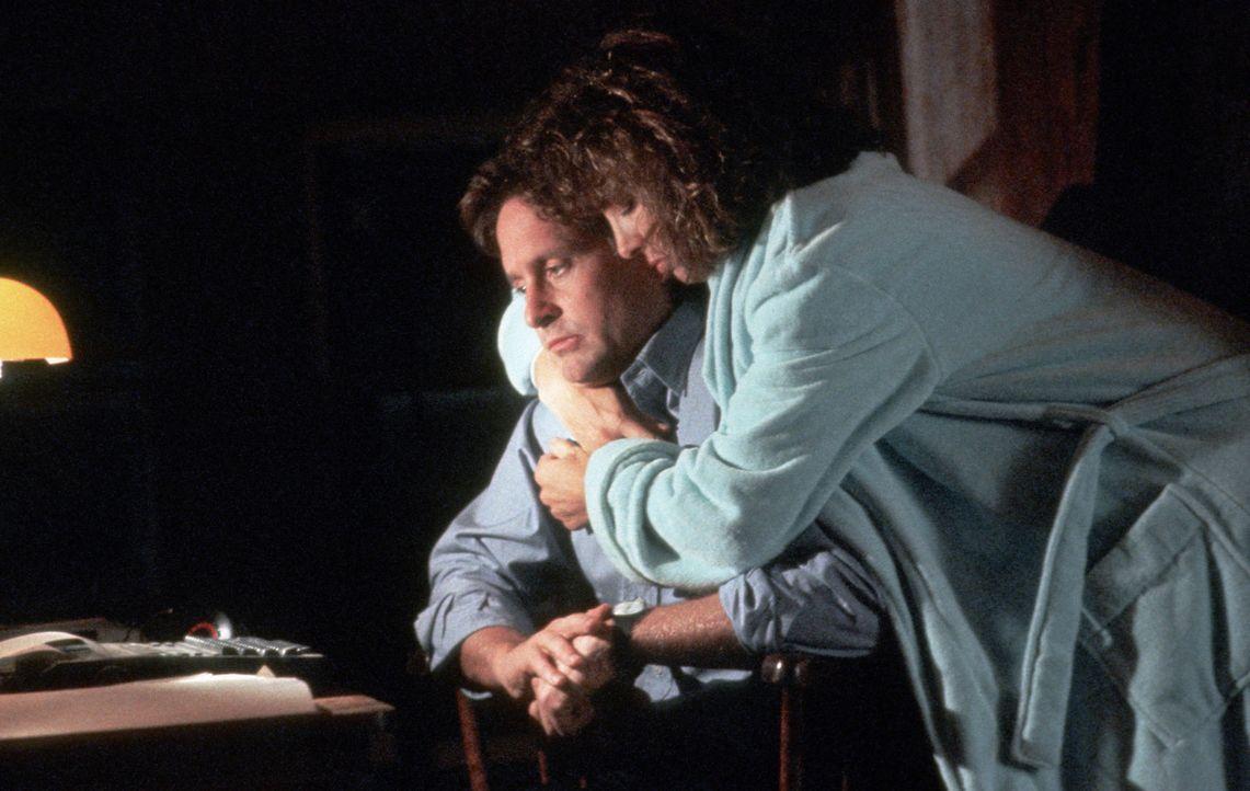 Beth (Anne Archer, r.) ahnt noch nicht, was ihren Mann Dan (Michael Douglas, l.) bedrückt ... - Bildquelle: Paramount Pictures