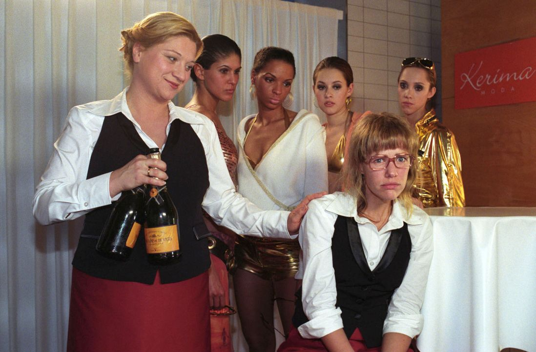 Lisa (Alexandra Neldel, vorne r.) hat sich entschlossen, den Job im Catering bei Agnes Hetzer (Susanne Szell, vorne l.) anzunehmen. Ihr erster Arbei... - Bildquelle: Noreen Flynn Sat.1