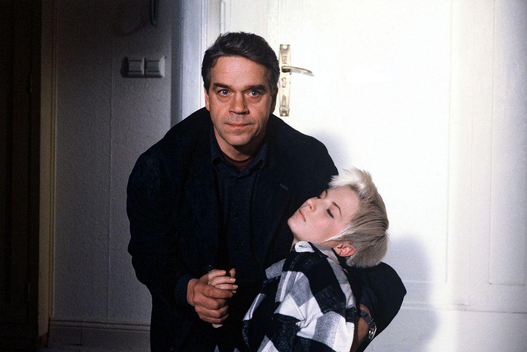Kommissar Wolff (Jürgen Heinrich, l.) findet in der Wohnung seine bewusstlose Tochter Verena (Nadine Seiffert, r.). - Bildquelle: Alfred Raschke Sat.1