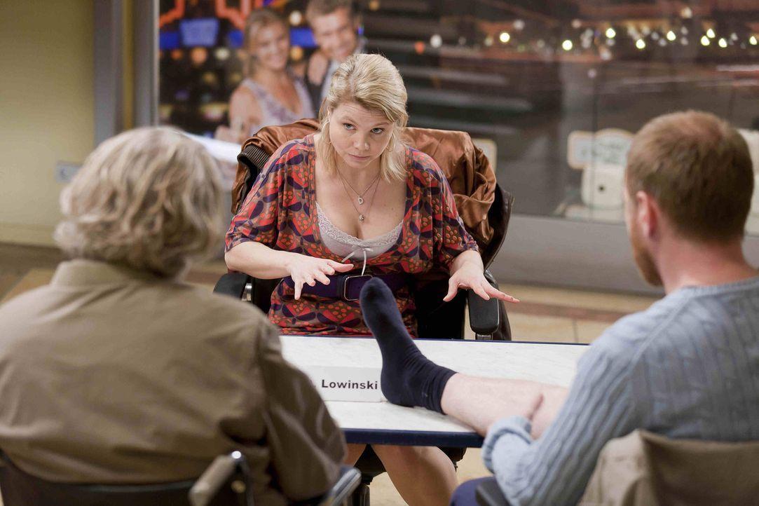 Während Danni (Annette Frier, M.) feststellt, dass sie mit Anfang Dreißig noch nicht soweit ist, Mutter zu werden, schließt Kurt (Axel Siefer, l.) B... - Bildquelle: Frank Dicks SAT.1