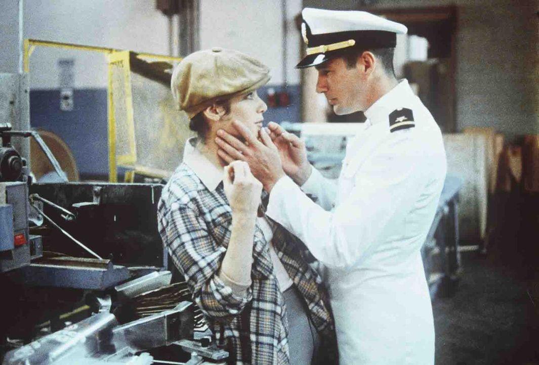 Zack Mayo (Richard Gere, r.) merkt, dass Paulas (Debra Winger, l.) Gefühle im gegenüber echt sind, und befreit sie aus ihrem tristen Dasein als Fabr... - Bildquelle: Paramount Pictures