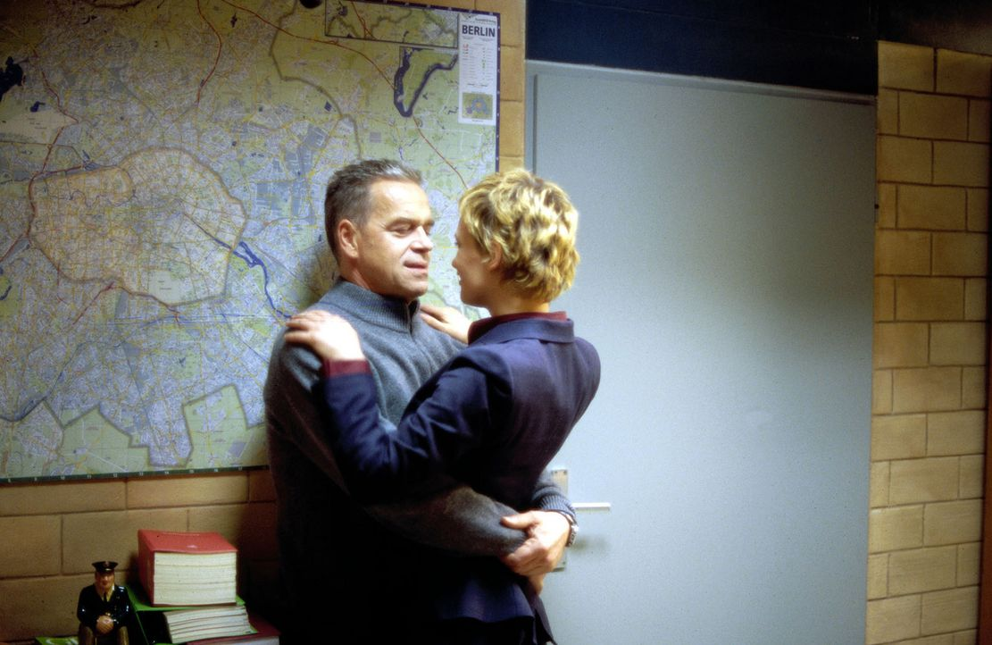 Kommissar Wolff (Jürgen Heinrich, l.) fühlt sich zu der jungen Journalistin Veronika Moretti (Lea Mornar, r.) hingezogen. - Bildquelle: Leslie Haslam Sat.1
