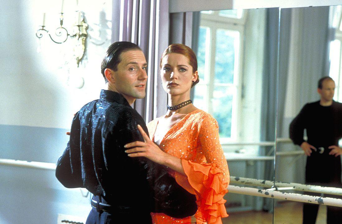 Schon bald stellt sich heraus, dass der Tanzschulenbesitzer Max Dellert (Stefan Kurt, l.) und Dunja Ritter (Esther Schweins, r.) ein Paar sind ... - Bildquelle: Gordon ProSieben