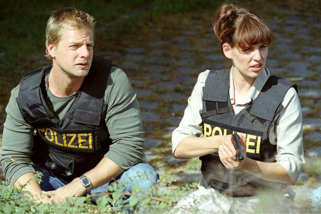 Leo (Henning Baum, l.) und Nina (Elena Uhlig, r.) - Bildquelle: Christian A. Rieger Sat.1